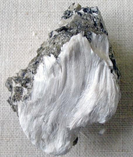 Asbestikuituja tremoliitissa